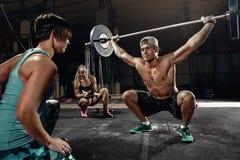 Treinamento transversal do homem forte do homem - exercício do ato de agarrar Fotografia de Stock