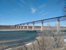Treinbrug boven rivier Stock Foto
