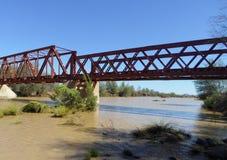 Treinbrug en spoorlijn over de vissenrivier in Keetmanshoop aan Zuid-Afrika wordt gebouwd dat stock afbeeldingen