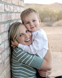 Étreindre de mère et de fils Photo libre de droits