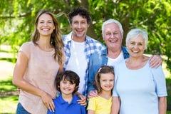 Étreindre de sourire de famille Photographie stock libre de droits