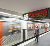 Treine com os passageiros que chegam em uma plataforma da estação Imagens de Stock