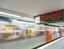 Treine com os passageiros que chegam em uma plataforma da estação Foto de Stock Royalty Free