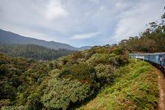 Treine de Ella a Kandy entre montanhas tropicais Sri Lanka foto de stock