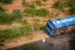 Treine descarrilhado e caiu a terraplenagem na estrada de ferro fotos de stock royalty free