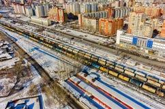 Treine entre distritos velhos e novos da cidade de Tyumen Fotografia de Stock