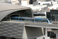 Treine mover-se para fora de uma estação de metro em Dubai Fotos de Stock Royalty Free