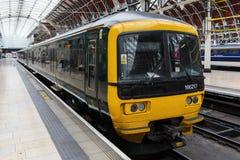 Treine na estação de Londres Paddington em Londres, Reino Unido imagem de stock