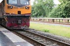 treine na estrada de ferro pronta para a partida ou apenas a chegada na estrada de ferro fotografia de stock royalty free