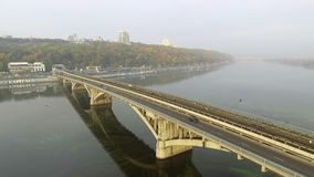 Treine no movimento na ponte do metro através do rio de Dnipro em Kiev ucrânia vídeos de arquivo