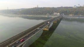 Treine no movimento na ponte do metro através do rio de Dnipro em Kiev ucrânia filme