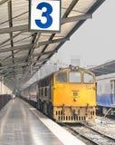 Treine o batente na estação de comboio fotografia de stock royalty free