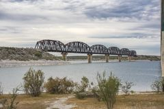 Treine o cavalete sobre o lago Amistad em Val Verde County Texas imagens de stock royalty free