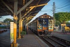 Treine o tostation ariving na estação de trem de Nakhon Lampang em Nakhon Lampang, Tailândia Fotos de Stock