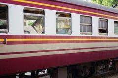 Treine para partir da estação, trilha de estrada de ferro Fotos de Stock