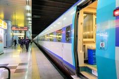 Treine a parada na estação principal em Busan, Coreia Foto de Stock