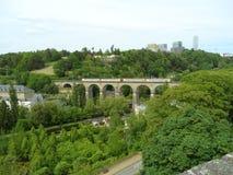 Treine a passagem do Passerelle, 24 viadutos dos arcos na cidade de Luxemburgo Foto de Stock
