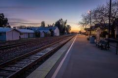 Treine a plataforma no nascer do sol - Merced, Califórnia, EUA Fotografia de Stock Royalty Free