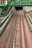 Treine a ponte acima de um canal e sob uma ponte em Viena Imagens de Stock