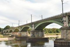 Treine a ponte em Nevers - NEVERS - França foto de stock
