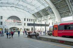 Treine a posição na plataforma de Bergen Station fotos de stock royalty free