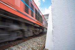 Treine que corridas através da ponte Railway sobre o rio em clo Imagens de Stock Royalty Free