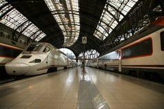Treinen bij de spoorwegpost in Barcelona Stock Foto
