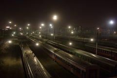 Treinen bij nachtstad stock foto's