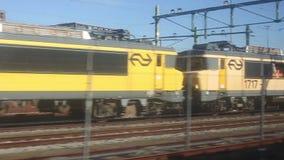 Treinen die door snel op trakcs van een spoorweg overgaan stock video