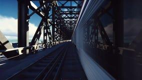 Treinen die voorbij over de spoorwegbrug bij hoge snelheid en auto's op een duidelijke Zonnige dag vegen Van een lus voorzien rea stock video