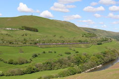 Treinen en M6 autosnelweg in Lune-Kloof, Cumbria Stock Afbeelding