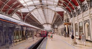 Treinen en passagiers in Paddington-Post, Londen Stock Foto's