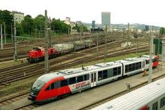 Treinen op spoor in Linz, Oostenrijk Royalty-vrije Stock Foto's