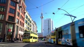 Treinen, trams, bus en mensen in Hackescher Markt dichtbij de Berliner Fernsehturm-Televisietoren, Berlijn, Duitsland stock videobeelden
