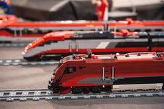 Treinen van rode plastic bakstenen worden gemaakt die Royalty-vrije Stock Foto's
