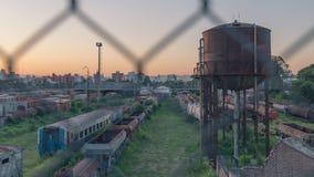 Treinen, verlaten wegen met stad en bergachtergrond royalty-vrije stock fotografie