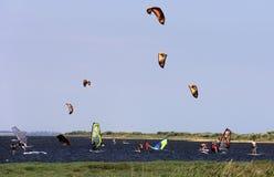 Treinkiters en windsurfers Veselovka Stock Foto