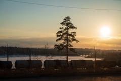 Treinlading in spoorweg bij een zonsondergang royalty-vrije stock foto's