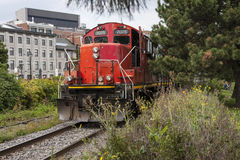 Treinmotor die op spoorweg naderbij komen Royalty-vrije Stock Foto's