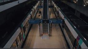 Treinplatform in Charles de Gaulle Airport, Frankrijk stock video
