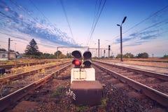 Treinplatform en verkeerslicht bij zonsondergang Spoorweg Spoorweg st Royalty-vrije Stock Foto