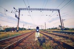 Treinplatform en verkeerslicht bij zonsondergang Spoorweg Spoorweg st Royalty-vrije Stock Afbeeldingen