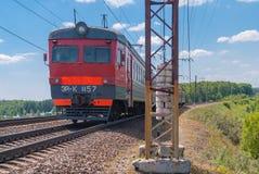 Treinreizen in de voorsteden per spoor in Rusland op een zonnige dag stock afbeelding