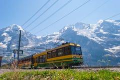 treinritten in de bergen van Zwitserland stock fotografie