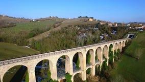 Treinschraag in Tolentino Italië - Hommel luchtvideo - Italiaans landschap stock footage