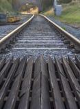 Treinspoor met brug Stock Afbeeldingen