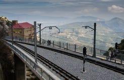 Treinsporen aan Montserrat klooster met bergen op achtergrond stock afbeelding