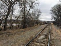 Treinsporen die tot Groot Sioux River in Sioux Falls South Dakota met meningen van het wild leiden, ruïnes, parkwegen, treinspoor royalty-vrije stock fotografie
