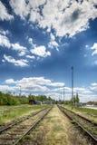 Treinsporen die tussen Gebieden liggen Stock Foto's