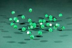 Treinta verdes corta caer en cuadritos en una tabla verde imagenes de archivo